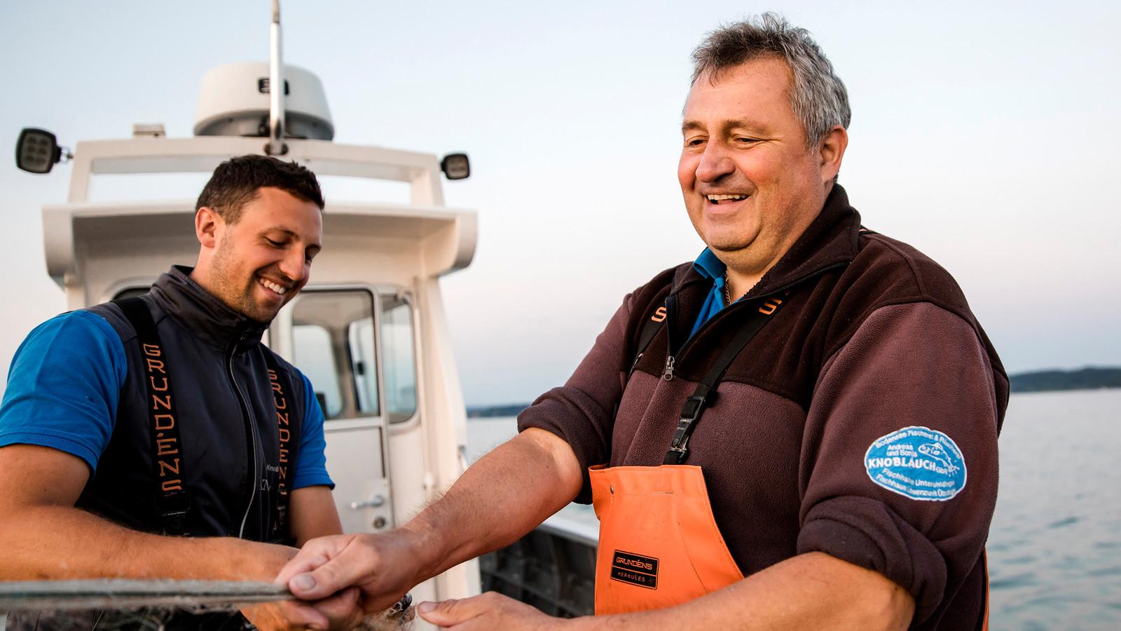 Marco und Andreas Knoblauch von der Fischerei Knoblauch widmen sich dem traditionellen Fischfang im Bodensee.