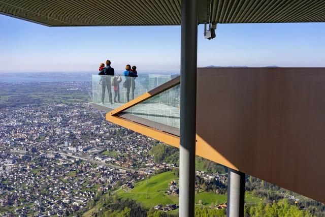 Auf dem Aussichtspunkt können die Besucher die umliegende Bergwelt und Landschaften erkunden.